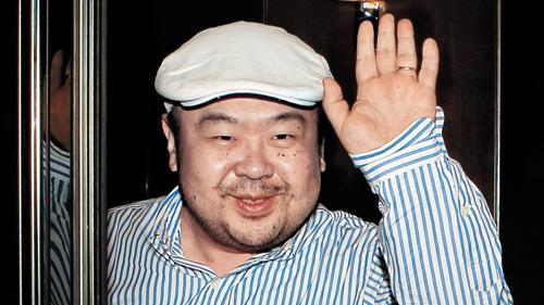 Kim Jong-nam vẫy chào sau cuộc phỏng vấn với truyền thông Hàn Quốc ở Macau năm 2010. Ảnh: AFP