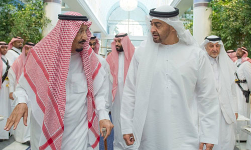 Vua Salman bin Abdulaziz Al Saud của Arab Saudi trao đổi với Thái tử Sheikh Mohammed bin Zayed Al Nahyan của Abu Dhabi sau khi cắt quan hệ với Qatar. Ảnh: Reuters.