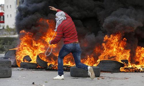 Một thanh niên Palestine tham gia biểu tình phản đối quyết định của Trump. Ảnh: CNN.