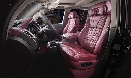 Nội thất Land Cruiser V8 độ phong cách ông già Noel.