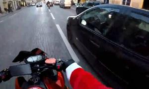 Ông già Noel cưỡi phân khối lớn đuổi bắt ôtô gây tai nạn rồi bỏ chạy