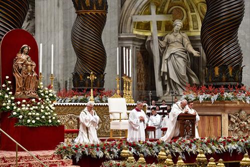 Giáo hoàng Francis quỳ trên bục cầu nguyện tại buổi lễ vào đêm 24/12ở Vương cung thánh đường Thánh Peter,