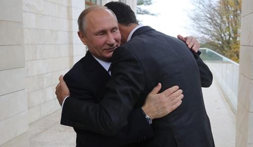Tổng thống Nga Putin ôm người đồng nhiệmSyria Bashar al-Assad tại Sochi, Nga hồi tháng 11. Ảnh: AFP.