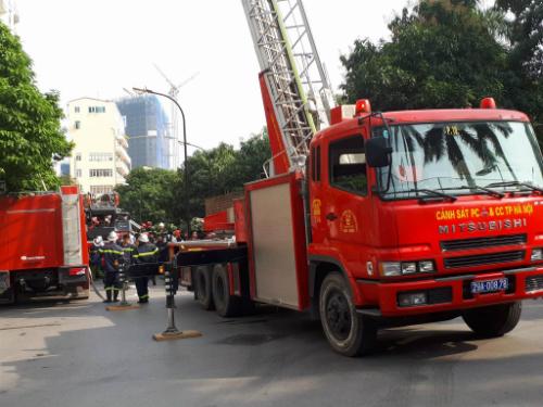 Xe thang được cảnh sát cứu hoả điều đến hiện trường. Ảnh:Quang Chiến