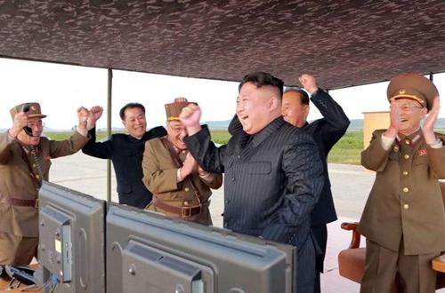 Nhà lãnh đạo Triều Tiên Kim Jong-unvui mừng sau khi chỉ đạo một vụ phóng tên lửa. Ảnh: KCNA.