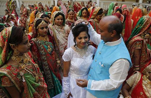 Tài phiệt Ấn Độ chi tiền làm đám cưới cho hơn 250 cô dâu