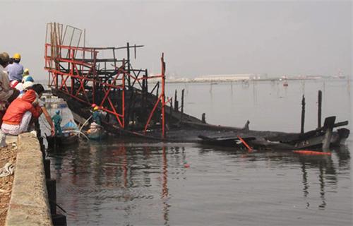 Tàu cá chứa gần 4.000 lít dầu bốc cháy
