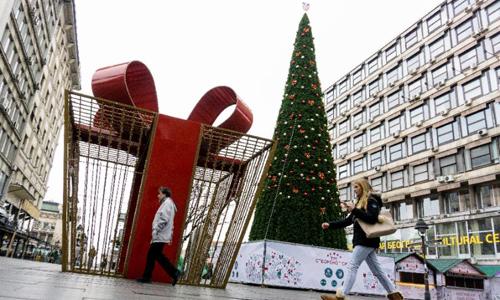 Cây thông Noel gây tranh cãi ở thủ đô Belgrade, Serbia. Ảnh: AFP.