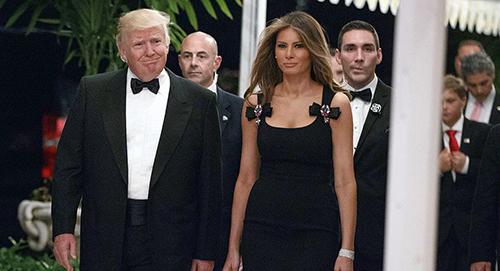 Tổng thống Trump và phu nhân Melania đến dự tiệc năm mới ở khu nghỉ dưỡngMar-a-Lago ngày 31/12/2016. Ảnh: AP