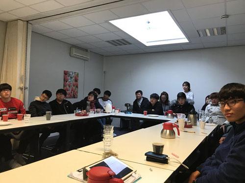 Những nông dân trẻ Hàn Quốc tham dự một buổi thuyết trình về nông nghiệp Hà Lan tại Seoul. Ảnh: Twitter.
