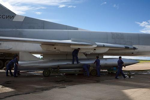 Binh sĩ Nga lắp tên lửa Kh-22 cho oanh tạc cơ Tu-22M3. Ảnh: Russian Planes.