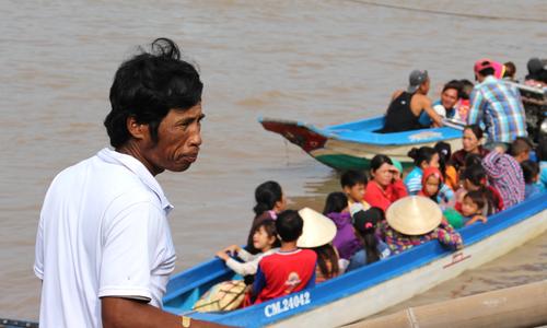 Người dân Cà Mau xuống ghe di tản trước giờ bão Tembin đổ bộ