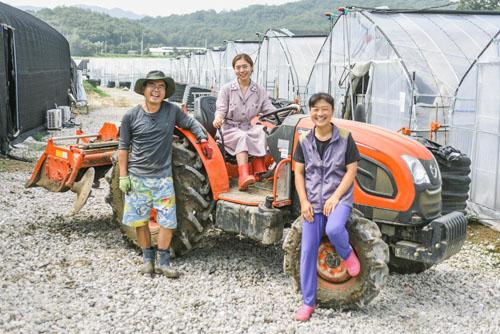 Jeon Joo-young (giữa) và bố mẹ tại nông trại trồng cải bó xôi của gia đình ở tỉnh Gyeonggi, cách Seoul khoảng 50 km về hướng nam. Ảnh: Today.