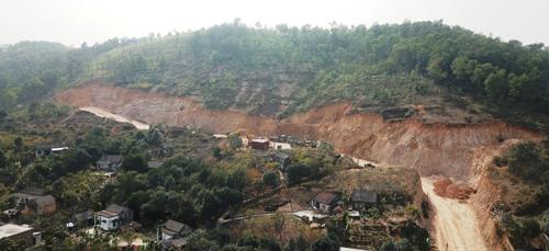 Một vạt núi Niêm Nội tại xã Kỳ Sơn, huyện Thủy Nguyên (Hải Phòng) đã bị Công ty CP cơ khí và xây dựng Thuận Thiên đào tan, lấy đi hàng vạn m3 đất đá mang đi bán cho các dự án lớn nhỏ trên địa bàn huyện. Ảnh: Giang Chinh