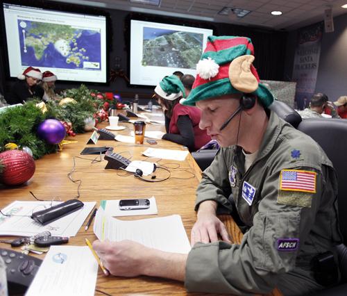 Tình nguyện viên trả lời cuộc gọi của trẻ em ở căn cứ không quân Peterson ngày 24/12/2010. Ảnh: AP.