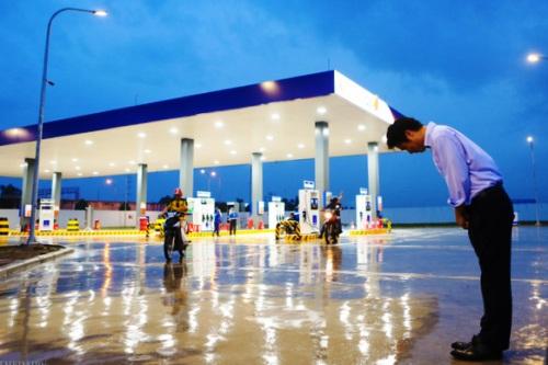 Ông Hiroaki Honjo, Tổng giám đốc Công ty Xăng dầu IQ8 có mặt tại trạm xăng dầu Thăng Long, đội mưa hàng tiếng đồng hồ, cúi chào khách vào đổ xăng. Ảnh: Internet