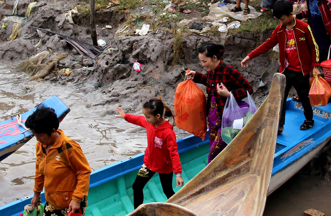 Người dân vùng cực Nam lên thuyền di tản tránh bão Tembin