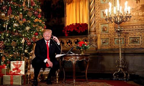 Tổng thống Mỹ Trump vui vẻ trò chuyện với các em nhỏ trong đêm Giáng Sinh. Ảnh: Reuters.
