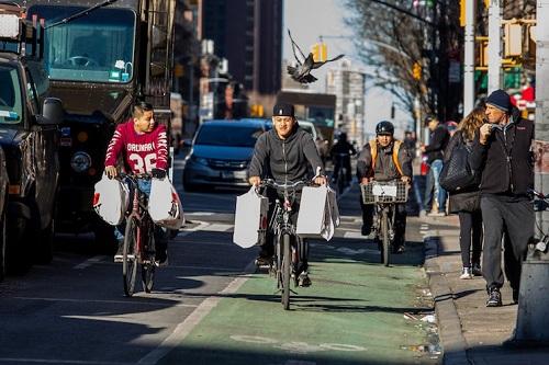 Người làm nghề giao hàng bằng xe đạp điện ở New York đang lo ngại trước quyết định của chính quyền. Ảnh: Village Voice.