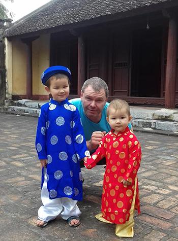 Chồng tôi và hai con trong lần về thăm quê ngoại.