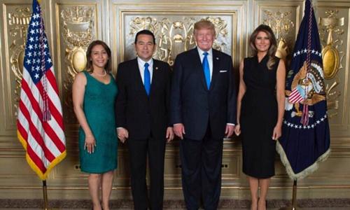 Vợ chồng ông Morales chụp ảnh cùng vợ chồng ông Trump tại New York. Ảnh: Twitter.