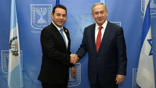 Ông Morales (trái) bắt tay Thủ tướng Israel Benjamin Netanyahu. Ảnh: Times of Israel.