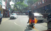 Hai cô gái vứt Vespa bỏ chạy vì xe bốc cháy