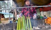 Nấu cơm trong ống tre lồ ô bán cho du khách ở Tây Nguyên