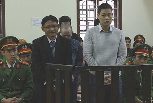 Phan Đình Tuấn (áo vest đen cùng đồng phạm tại tòa hôm nay). Ảnh: Nguyễn Hải.