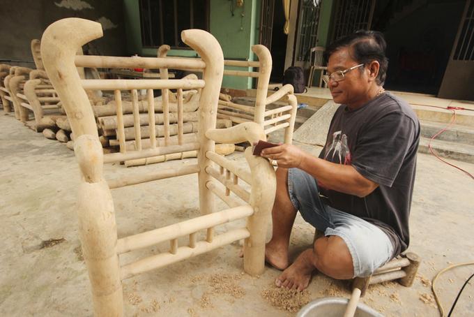 Người đàn ông một tay đóng bàn ghế từ gốc tre