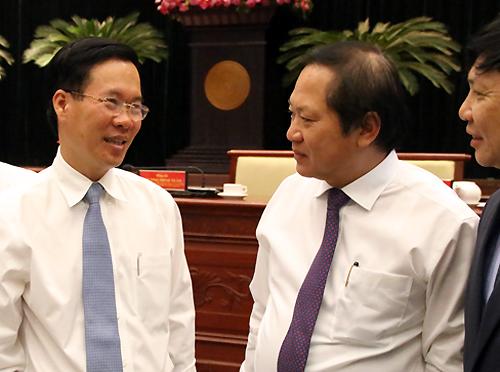 Trưởng Ban Tuyên giáo Trung ương Võ Văn Thưởng trao đổi với Bộ trưởng Trương Minh Tuấn bên lề hội nghị. Ảnh: Thiên Ngôn.