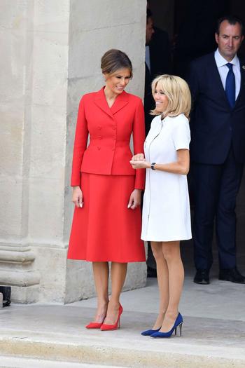 Đệ nhất phu nhân Mỹ Melania Trump (trái) và phu nhân tổng thống Pháp Brigitte Macron. Ảnh: Rex.