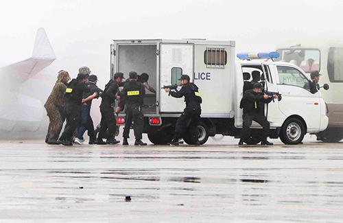 Nhóm khủng bố bị khống chế tại sân bay Cam Ranh. Ảnh: Quốc Thành