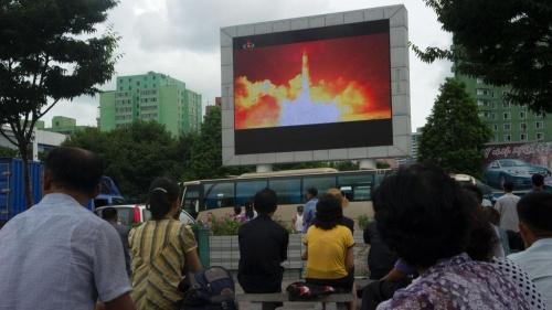 Màn hình chiếu vụ phóng tên lửa tại thủ đô Bình Nhưỡng hôm 29/7. Ảnh: AFP.