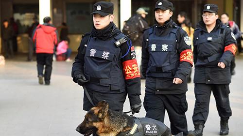 Cảnh sát Trung Quốc tuần tra ở một nhà ga. Ảnh minh họa: Xinhua