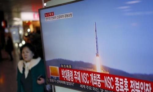 Hình ảnh vụ phóng vệ tinh của Triều Tiên tháng 2/2016 trên truyền hình Hàn Quốc. Ảnh: Reuters.