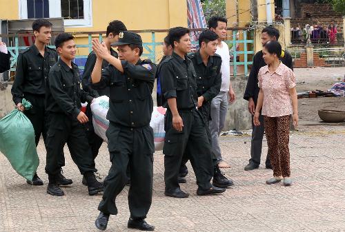Những cảnh sát cơ động cuối cùng trong số 38 người được thả sau một tuần bị nhốt giữ ở thôn Hoành. Ảnh:Bá Đô.