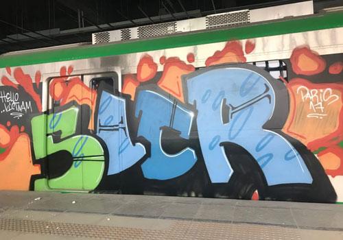 Các nét vẽ graffiti dọc theo thân tàu. Ảnh: Giang Huy