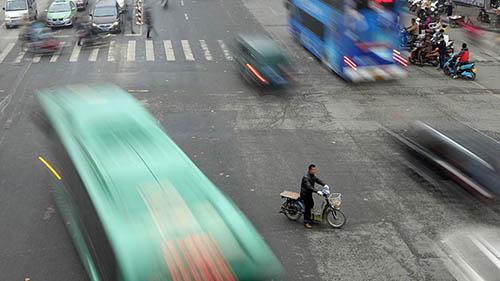 Một chiếc xe điện cắt ngang giao lộ ở thành phố Trịnh Châu, tỉnh Hà Nam. Ảnh: VCG.