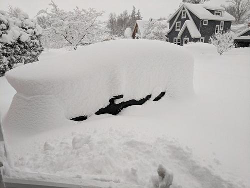 Hãy thử tìm xem xe tớ ở đâu nào? Kathy B, một người dân ở Erie đăng lên mạng xã hội tối ngày 26/12. Ảnh: Twitter.