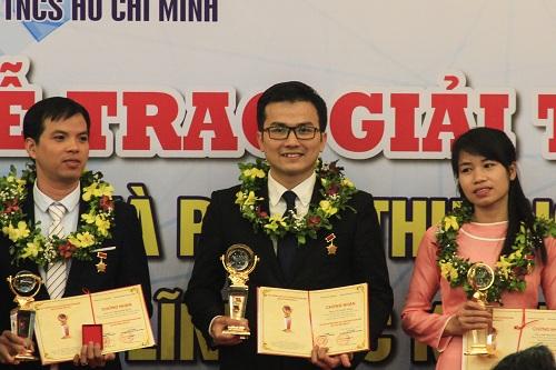 PGS trẻ nhất Việt Nam Trần Xuân Bách (giữa) là một trong chín người nhận giải thưởng khoa học công nghệ thanh niên Quả cầu vàng 2017.