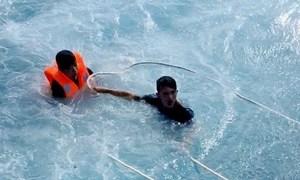 Nam thanh niên nhảy xuống sóng biển cao 3m cứu hai người