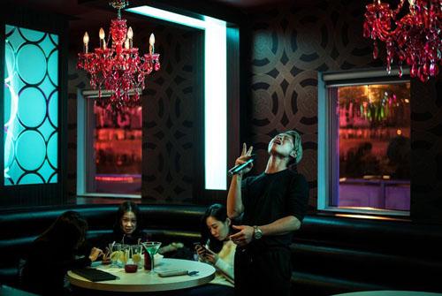 Karns You say sưa hát karaoke tạiParty World KTV ở thành phốRichmond, vùngBritish Columbia. Ảnh: New York Times.