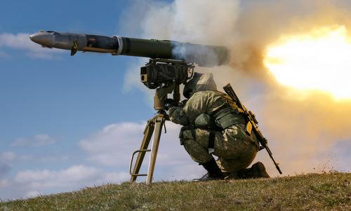 Lính bộ binh Nga huấn luyện với tên lửa Kornet. Ảnh: Wikipedia.