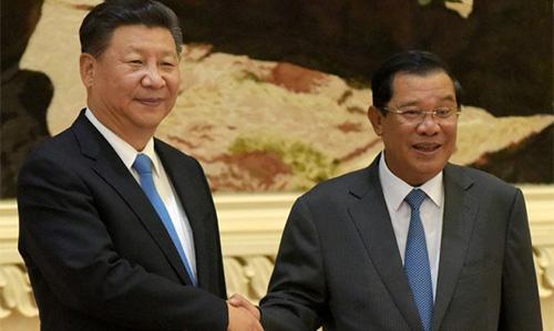 Chủ tịch Trung Quốc Tập Cận Bình bắt tay Thủ tướng Hun Sen tại một cuộc gặp song phương ởPhnom Penh tháng 10/2016. Ảnh: AFP.