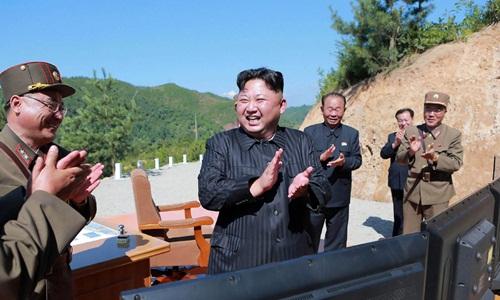Nhà lãnh đạo Triều Tiên Kim Jong-un vỗ tay chúc mừng sau một vụ phóng tên lửa thành công. Ảnh: KCNA.