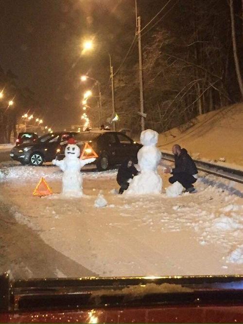 Hai tài xế nặn người tuyết trong thời gian chờ cảnh sát đến xử lý va chạm.