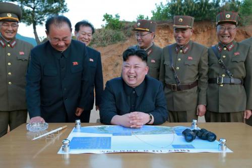 Nhà lãnh đạo Triều Tiên Kim Jong-un, Ri Pyong-chol (thứ hai bên trái), Kim Jong-sik (giữa) và Jang Chang-ha (thứ hai bên phải) tươi cười sau vụ phóng thành công tên lửa đạn đạo Hwasong-12 ngày 14/5. Ảnh: KCNA.