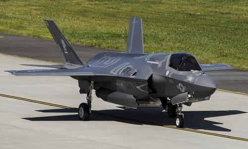 Tiêm kích F-35B mang tên lửa đối không AIM-120 AMRAAM trong thân. Ảnh: USMC.