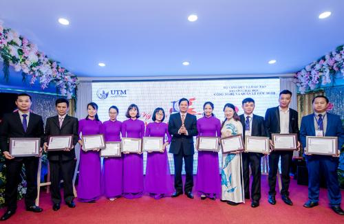 Giáo sư Dương Quang Khánh - Phó Hiệu trưởng nhà trường trao giấy khen cho tập thể và cá nhân.